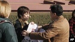 便衣制止美国少年乔纳森.李在北京展示标语