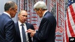Le Secrétaire d'Etat américain John Kerry, à droite, le président russe Vladimir Poutine, au centre, et le Ministre russe des affaires étrangères Serguei Lavrov aux Nations Unies à New York le 28 septembre 2015. (Photo AP)