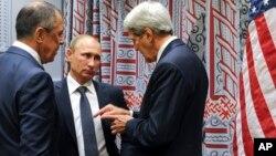 Сергей Лавров, Владимир Путин и Джон Керри (архивное фото)
