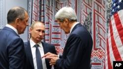 گفتگوی جان کری وزیر خارجه آمریکا (راست) با ولادیمیر پوتین رئیس جمهوری (وسط) و سرگئی لاوروف وزیر خارجه روسیه در سازمان ملل متحد - آرشیو