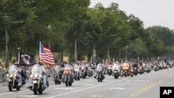 Sudionici u redovnom godišnjem motociklističkom skupu u Washingtonu, Rolling Thunder, prolaze Avenijom Constitution, 29. svibnja 2011. (AP Photo/Manuel Balce Ceneta)