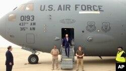 Le vice-président Joe Biden sort de l'avion de transport militaire C-17 lors de son arrivée à Bagdad en Irak, 28 avril 2016.