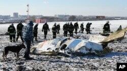 러시아 모스크바 남부 레스토프 온 돈 공항 인근에서 20일 조사관들이 플라이두바이 여객기가 추락한 사고 현장을 수색하고 있다.