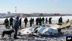Nhân viên Bộ Tình trạng Khẩn cấp của Nga điều tra xác chiếc máy bay bị rơi ở sân bay của thành phố Rostov Trên Sông Don, khoảng 950 kilômét về phía nam Moscow, Nga, ngày 20 tháng 3, 2016.
