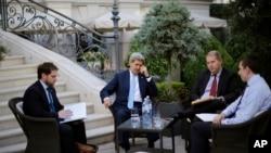 Ngoại trưởng Mỹ John Kerry, thứ 2 từ trái, nói chuyện với các thành viên của phái đoàn Mỹ tại khu vườn của khách sạn Palais Coburg ở Vienna, Áo, 10/7/2015.