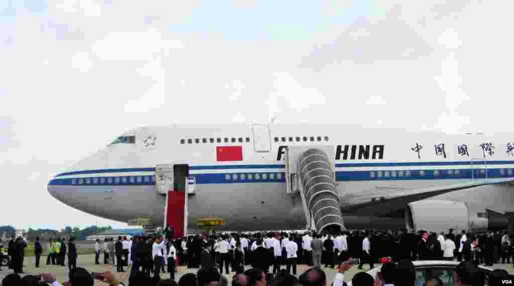 Cambodian officials gather near the Boeing 747 arranged by the Chinese governmentthat arrived at Phnom Penh International Airport to receive the body of former King Norodom Sihanouk as well as his his widow, Queen Mother Norodom Monineath Sihanouk, and son, current King Norodom Sihamoni. (Heng Reaksmey/VOA)
