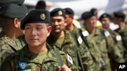 Des membres des Forces d'autodéfense du Japon arrivent à l'aéroport de Juba, Sud-Soudan, 21 novembre 2016.