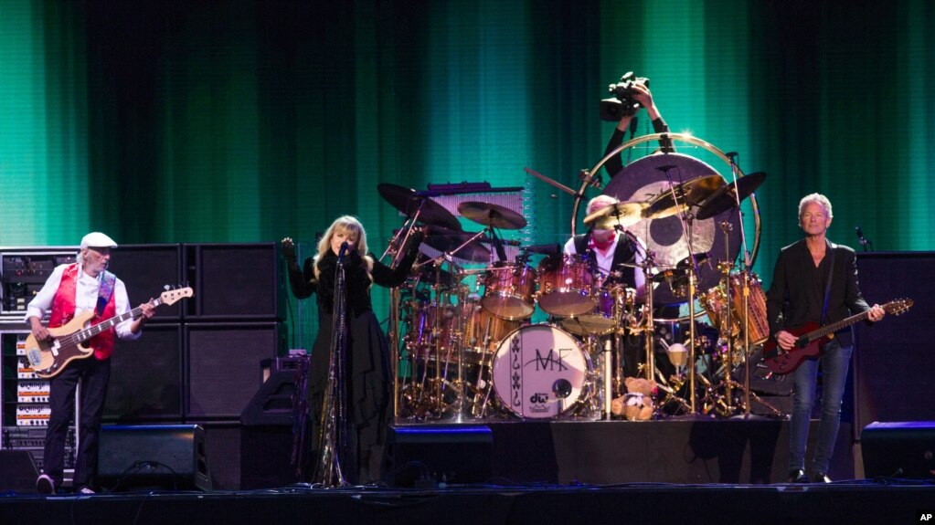 De izquierda a derecha: John McVie, Stevie Nicks y Lindsey Buckingham, de Fleetwood Mac, en el Festival de la Isla de Wight, en Newport, Inglaterra. 14-6-15.