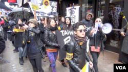 台灣留學生在紐約集會聲援台灣太陽花學運 (美國之音方冰)