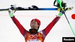 14일 소치 동계올림픽 수퍼종합 종목에 출전한 스위스의 산드로 빌레타 선수가 금메달을 획득한 후 시상대 위에서 기뻐하고 있다.