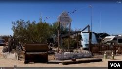 """加州索諾蘭沙漠裡的一個名叫""""板城""""(Slab City)的地方成就了有些人自由之行的目的地。"""