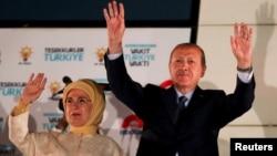 Recep Tayyip Erdogan et sa femme Emine Erdogan saluant leurs partisans réunis devant le siège de l'AKP, Ankara, Turquie, le 25 juin 2018.