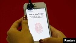 Seri baru ponsel pintar dari Apple, iPhone 5s, yang dilengkapi fitur pemindai sidik jari.