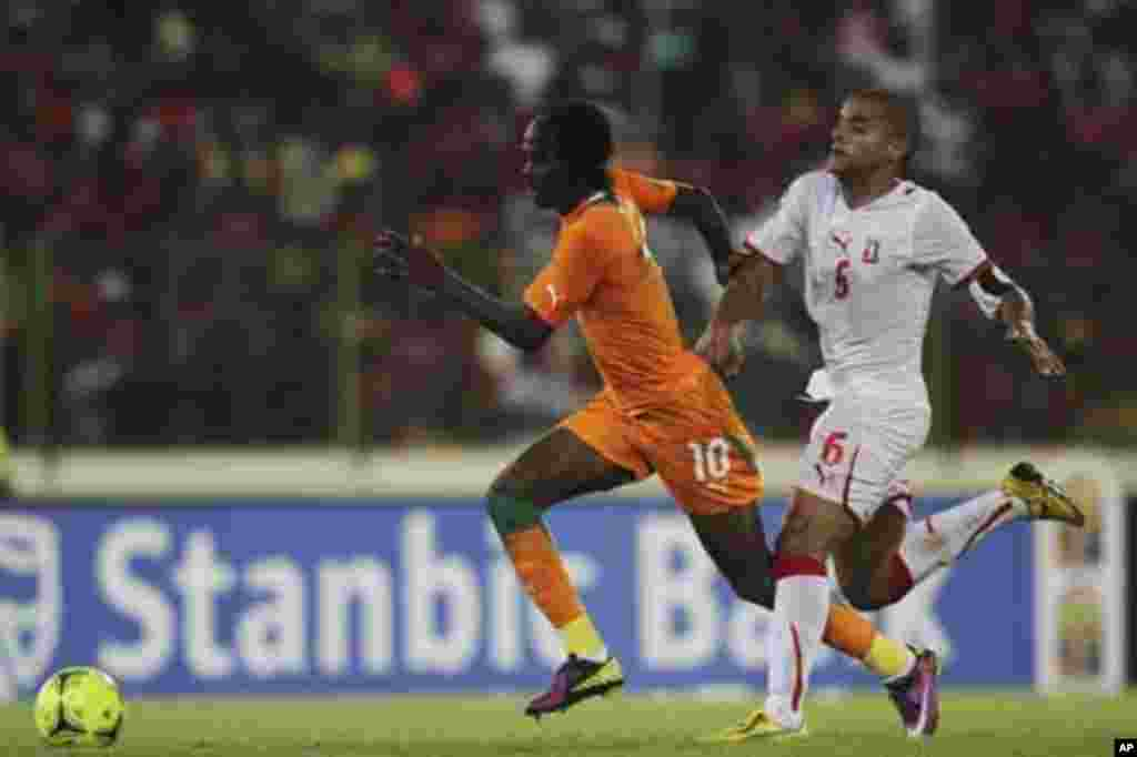 Yao Kouassi Gervinho (L) of Ivory Coast fights for the ball with Juvenal Edjogo-Owono Montalban of Equatorial Guinea during their quarter-final match at the African Nations Cup soccer tournament in Malabo February 4, 2012.