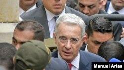 El expresidente Álvaro Uribe, el 8 de octubre de 2019, cuando ingresaba a la Corte Suprema de Justicia a rendir indagatoria por el caso que ahora lo lleva a prisión domiciliaria. [Archivo]