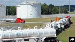 Автоцистерны выстроились у комплекса компании Colonial Pipeline (архивное фото)