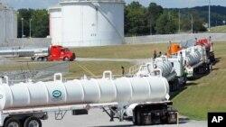Xe chở xăng dầu xếp hàng tại một cơ sở của Colonial Pipeline.
