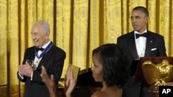 La ceremonia de condecoración contó con la presencia de 140 invitados entre los que se encontraban familiares del presidente Peres y altos funcionarios de EE.UU. e Israel.