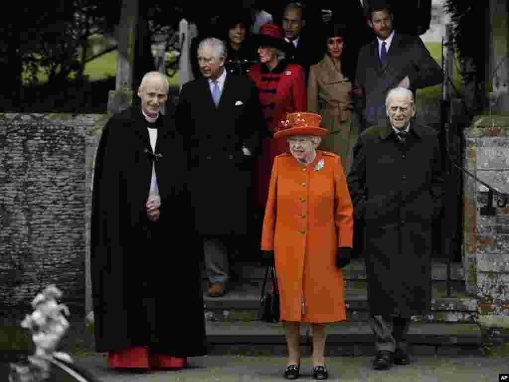Королева Англии Елизавета II с принцем Филиппом покидаютцерковь Святой Марии Магдалины в Сандрингеме после рождественской службы, 25 декабря 2017