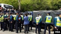 경찰이 전단과 풍선 등을 싣고 이동하던 탈북자단체 큰샘의 박정오 회장의 트럭을 막아 세우고 있다.