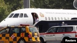 Эво Моралес покидает борт своего самолета в Венском международном аэропорту. 3 июля 2013 г