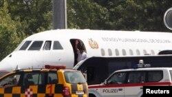 Bolivya cumhurbaşkanı Evo Morales'in uçağı 12 saat arandıktan sonra Viyana hava alanından ayrılırken
