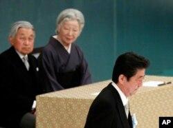 El primer ministro japonés, Shinzo Abe, (derecha) pasa frente al emperador Akihito y la emperatriz Michiko, tras pronunciar un discurso con motivo del 73 aniversario de la rendición de Japón en la Segunda Guerra Mundial el miércoles, 15 de agosto de 2018, en Tokio.