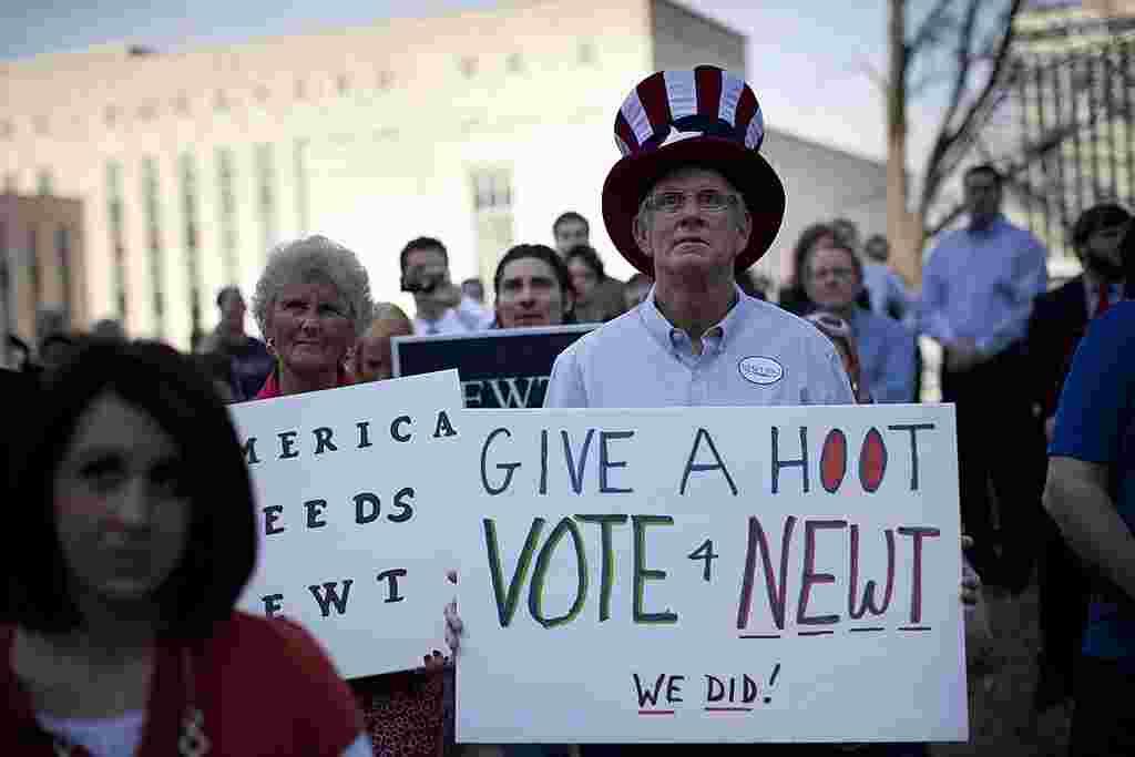 Partidarios de Newt Gingrich participan de un acto de campaña en el Capitolio Estatal en Nashville, Tennessee.