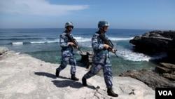中國海軍軍人在永興島(西沙群島的島嶼之一)巡邏( 2016年1月29日)