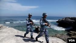 中国海军军人在永兴岛(西沙群岛的岛屿之一)巡逻( 2016年1月29日)
