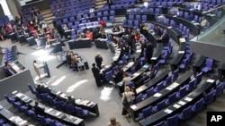 德國議會下議院通過對希臘和其它脆弱的歐元區經濟體的援助資金規模的計劃後﹐總理默克爾步離會場。