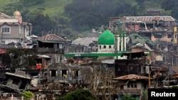 Gedung-gedung dan rumah-rumah yang rusak tampak saat pasukan pemerintah meneruskan serangannya melawan pemberontak dari kelompok Maute, yang telah mengambil alih sebagian besar kota Marawi, Filipina, 22 Juni 2017 (foto: REUTERS/Romeo Ranoco)