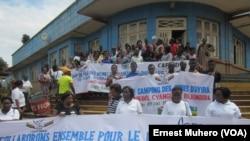 Les délégations des jeunes du camping postent devant l'hôtel de ville de Bukavu, le 10 décembre 2016 (VOA/Ernest Muhero)
