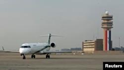 An Iraqi Airways plane lands at Baghdad International airport, Jan. 27, 2015.