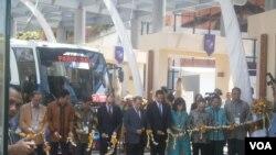 Peluncuran bus berbahan bakar biodiesel di arena KTT APEC di Nusa Dua, Bali (4/10). (VOA/Muliarta)