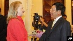 Ngoại trưởng Hoa Kỳ Hillary Rodham Clinton và Bộ trưởng Ngoại giao Việt Nam Phạm Bình Minh tại nhà khách chính phủ ở Hà Nội, ngày 10/7/2012