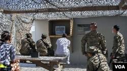 Tentara AS sedang beristirahat di sebuah pangkalan militer AS di Afghanistan (foto: dok.).
