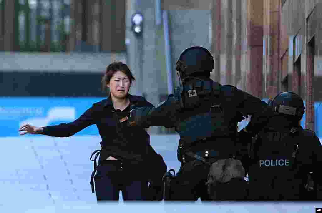 ایک مسلح شخص نے سڈنی کے وسط میں ایک مصروف کاروباری مرکز مارٹن پلیس میں چاکلیٹ لنٹ کیفے میں موجود متعدد افراد کو یرغمال بنایا۔