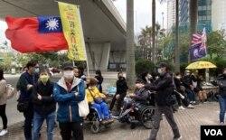 有市民在西九龙裁判法院大楼外展示青天白日旗以及港英殖民时代的龙狮旗,是国安法实施8个月以来,较少见的示威方式。 (美国之音/汤惠芸)