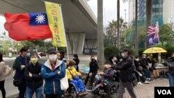 有市民在西九龍裁判法院大樓外展示青天白日旗以及港英殖民時代的龍獅旗,是國安法實施8個月以來,較少見的示威方式。(攝影:美國之音湯惠芸)