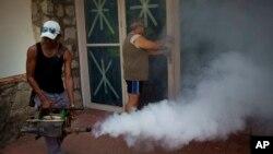 Seorang petugas kesehatan melakukan fumigasi untuk mencegah penyebaran nyamuk pembawa virus zika di Havana, Kuba (foto: ilustrasi). PBB akan mencoba teknik baru untuk melakukan sterilisasi nyamuk jantan.