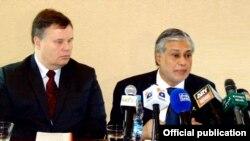 پاکستانی وزیرخزانہ اور آئی ایم ایف کے عہدیدار (فائل فوٹو)