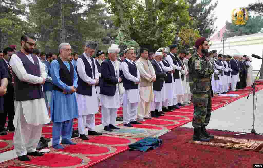 نماز عید در مقر ریاست جمهوری افغانستان با امامت یک منسوب نظامی ادا شد و هنگام ادای نماز سه راکت در نزدیکی ارگ اصابت کرد
