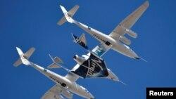ARCHIVO - El avión cohete Virgin Galactic, WhiteKnightTwo, con la nave de pasajeros SpaceShipTwo despega del puerto aéreo y espacial de Mojave, California, el 22 de febrero de 2019.