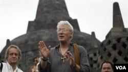 Aktor Richard Gere menyapa para wartawan dalam kunjungan ke Candi Borobudur di Magelang, Jawa Tengah, Senin pagi (27/6).