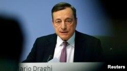 Presiden Bank Sentral Eropa (ECB), Mario Draghi memberikan keterangan kepada media.