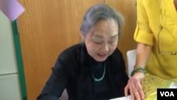 """Bà Nguyễn Ngọc Yến trong buổi ra mắt sách """"Tiếng Việt Cũ-Phương Pháp Mới"""" tại thành phố Annandale, Bắc Virginia, ngảy 21/5/2017."""