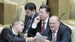 گفت و گو درباره پیمان جدید استارت در پارلمان روسیه موسوم به «دوما» Communist Party leader Zyuganov talks with a deputy during a session of the lower house of parliament, the State Duma, in Moscow, 24 Dec 2010
