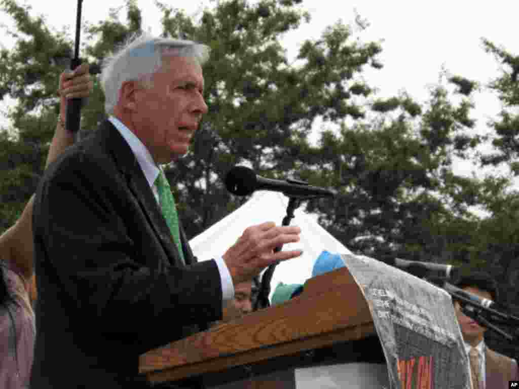 14일 의사당 앞 RALLY 에서 연설하는 프랭크 울프 하원의원(VA)
