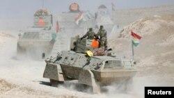 Musul'a ilerleyen Peşmergeler'e ait zırhlı araçlar